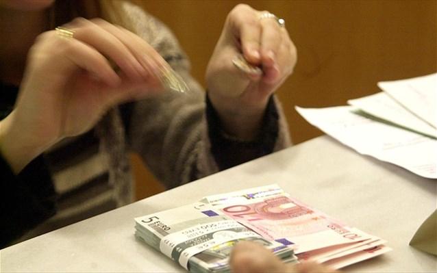 Μειώνονται τα επιτόκια καταθέσεων, αυξάνονται τα επιτόκια δανείων