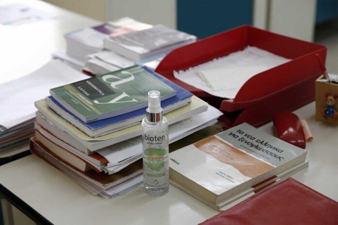 Τα «εμπόδια» στους ανεμβολίαστους εκπαιδευτικούς και το παρασκήνιο της απόφασης