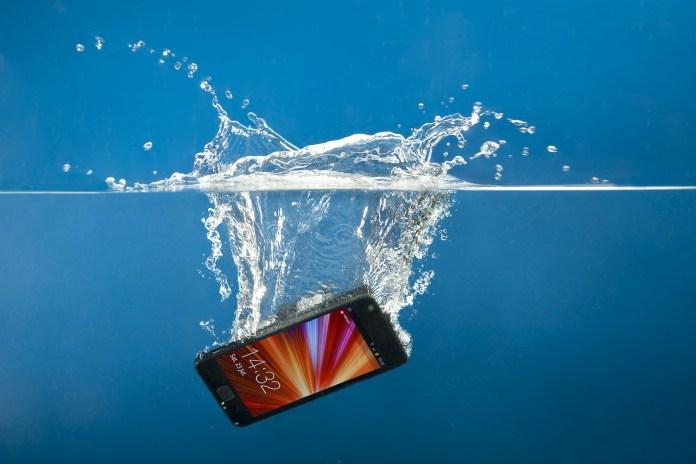 Ένα IPhone που είχε πέσει στο ποτάμι βρέθηκε ένα χρόνο μετά
