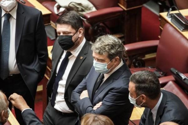 Η επανεμφάνιση Χαρδαλιά στη Βουλή μετά την περιπέτεια με την υγεία του