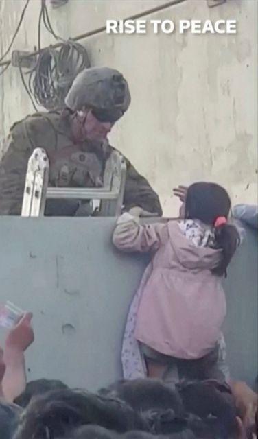 Σπαρακτικές εικόνες από το Αφγανιστάν – Παραδίδουν κοριτσάκι σε στρατιώτη για να το σώσουν