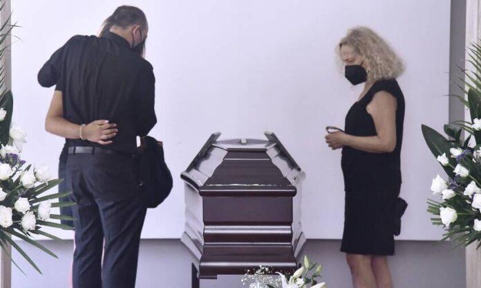 Συγκίνηση στην κηδεία του Ανέστη Βλάχου – Το «τελευταίο χειροκρότημα» από την οικογένειά του