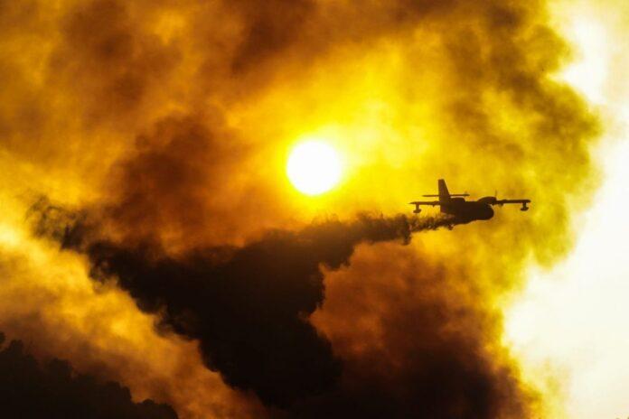 Φωτιά στο Κρυονέρι: Διακοπή ρεύματος στην Αττική – Δεν λειτουργούν σηματοδότες
