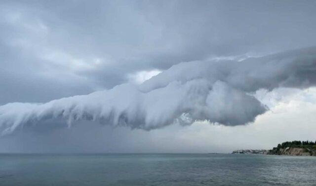 Δυνατό μπουρίνι με τα σύννεφα να κάνουν «βουτιά» στη θάλασσα – Το βίντεο της ημέρας