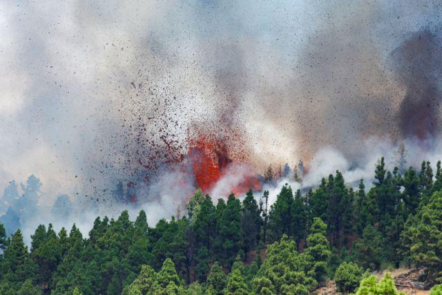 Σιντριβάνια λάβας εκτοξεύονται στον ουρανό – Συγκλονιστικές εικόνες μετά την έκρηξη του ηφαιστείου στο νησί Λα Πάλμα