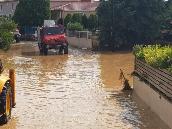 Αυτοκίνητο παρασύρθηκε από τα νερά στον Ξηριά