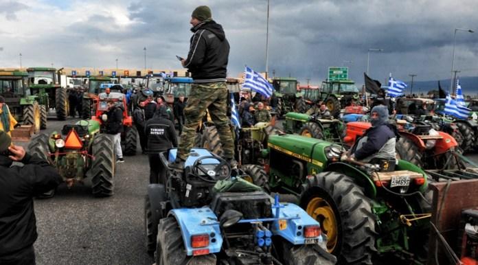 Αγρότες με τα τρακτέρ τους απέκλεισαν τα διόδια του Ισθμού της Κορίνθου, το Σάββατο 23 Ιανουαρίου 2016. Σκληραίνουν τη στάση τους οι αγρότες της Πελοποννήσου, μεταφέροντας το μπλόκο από την παλαιά Σωληνουργία στα διόδια Ισθμού, τα οποία κρατούν κλειστά , αφού έκαναν πορεία στο κέντρο της Κορίνθου. ΑΠΕ-ΜΠΕ/ ΑΠΕ-ΜΠΕ/ ΒΑΣΙΛΗΣ ΨΩΜΑΣ