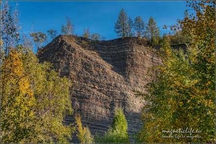Skały w kamieniołomie pokazują strukturę geologiczną góry