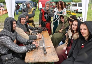 Knights and wenches consorting before the joust
