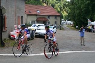 Zwei junge Cyclisten fahren die Strecke ab