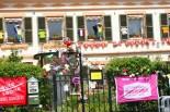 Bunt geschmückte Hausfassade
