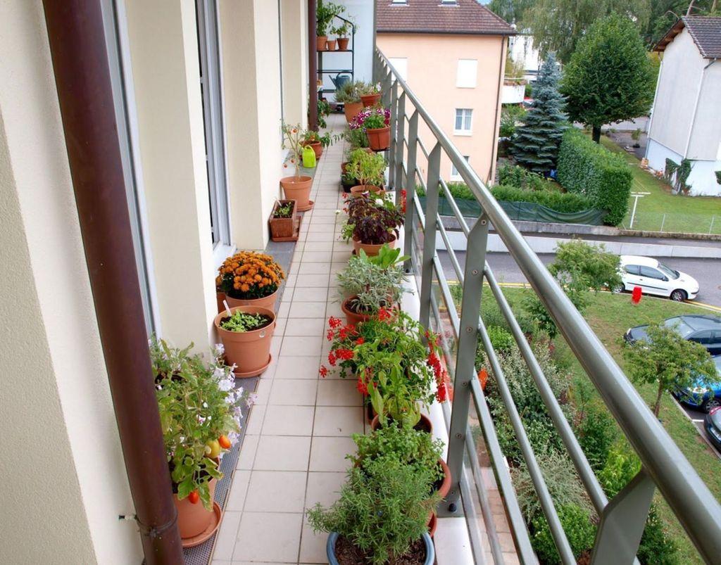 Inspiring Summer Apartment Balcony Decoration Ideas 18