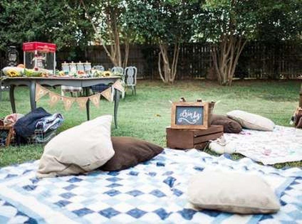 Awesome Halloween Backyard Party Decorations Ideas 30