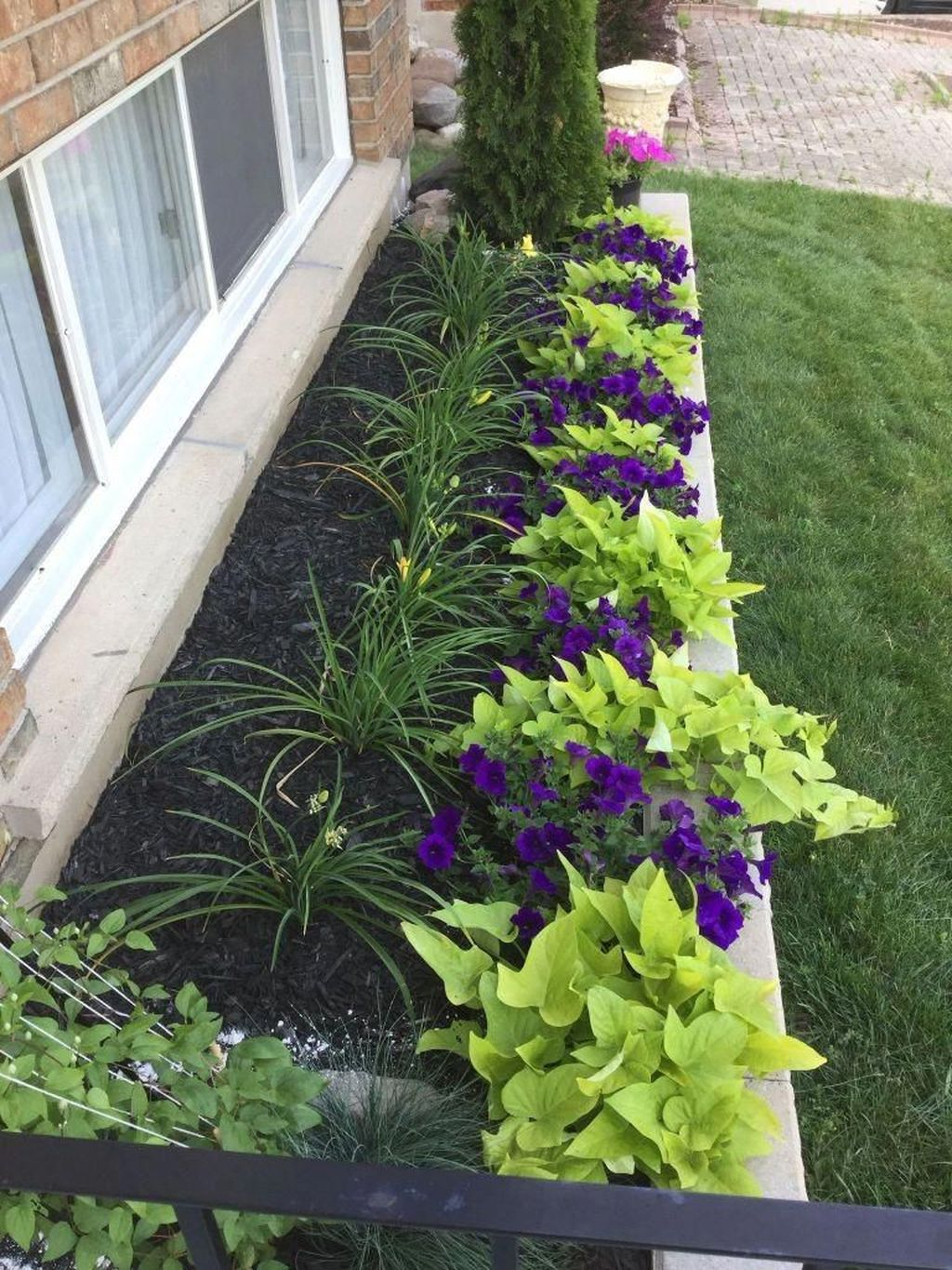 Beautiful Flower Beds Design Ideas In Front Of House 35