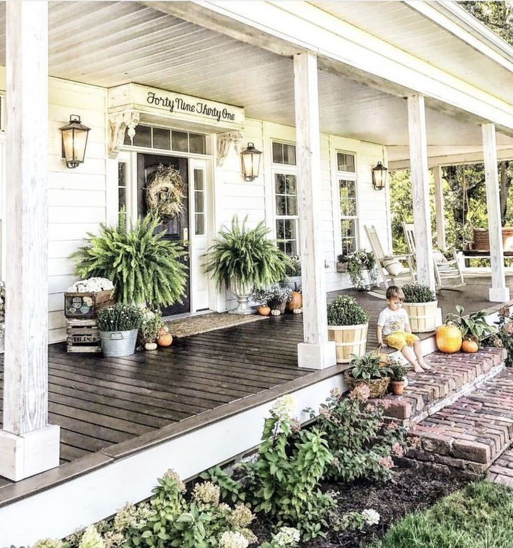Inspiring Farmhouse Front Porch Decor Ideas 15