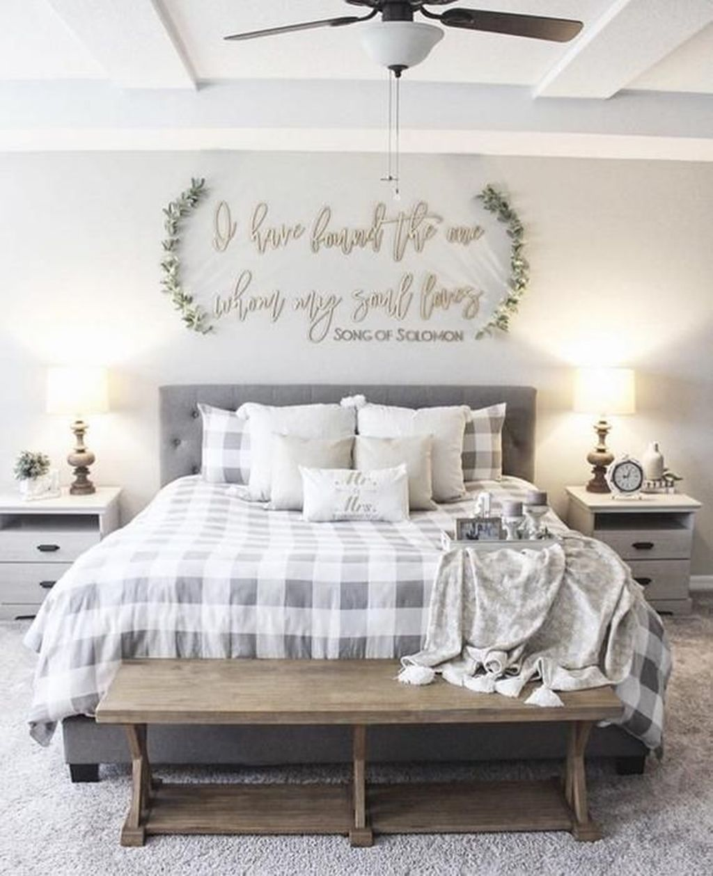 Wonderful Farmhouse Bedroom Decoration Ideas 08