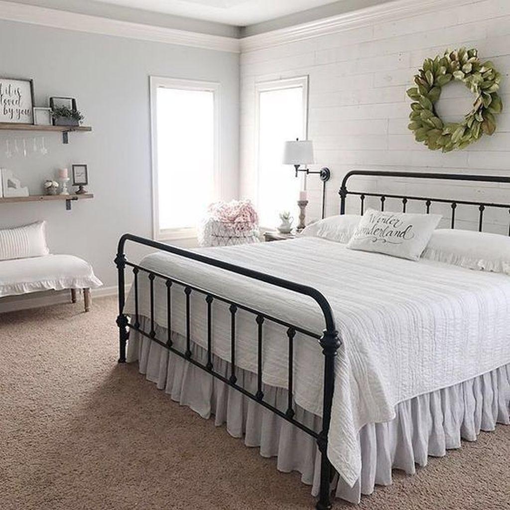 Wonderful Farmhouse Bedroom Decoration Ideas 31