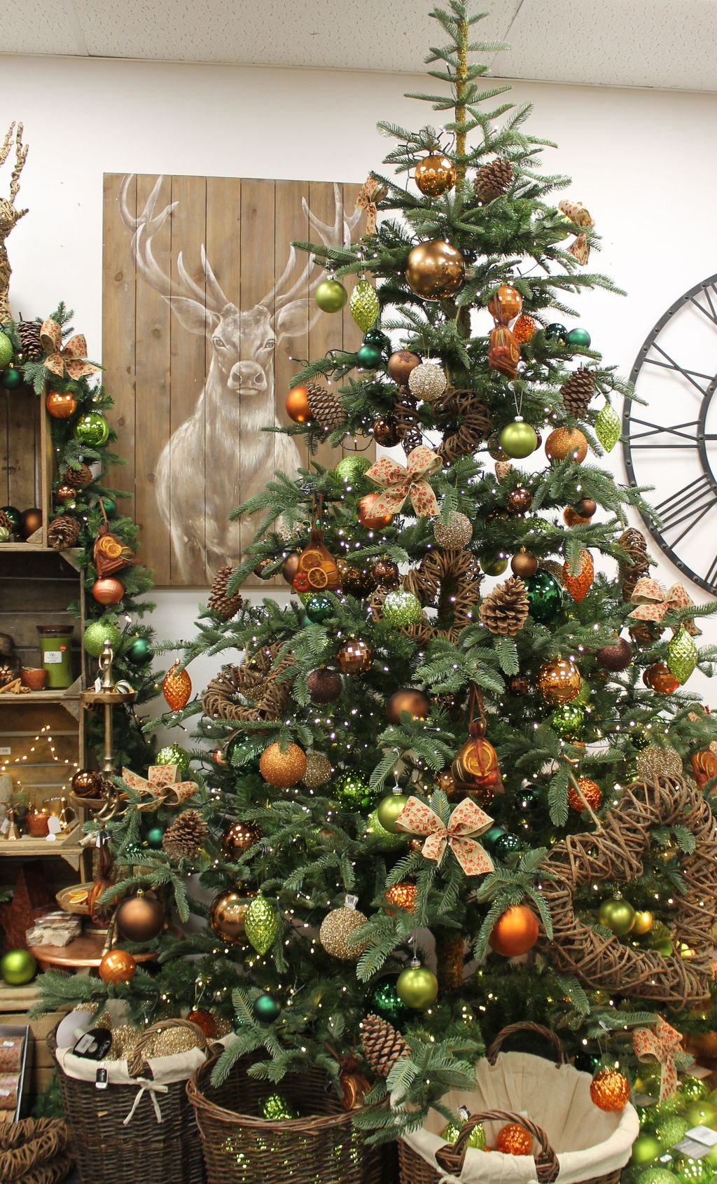 Amazing Winter Christmas Tree Design And Decor Ideas 14