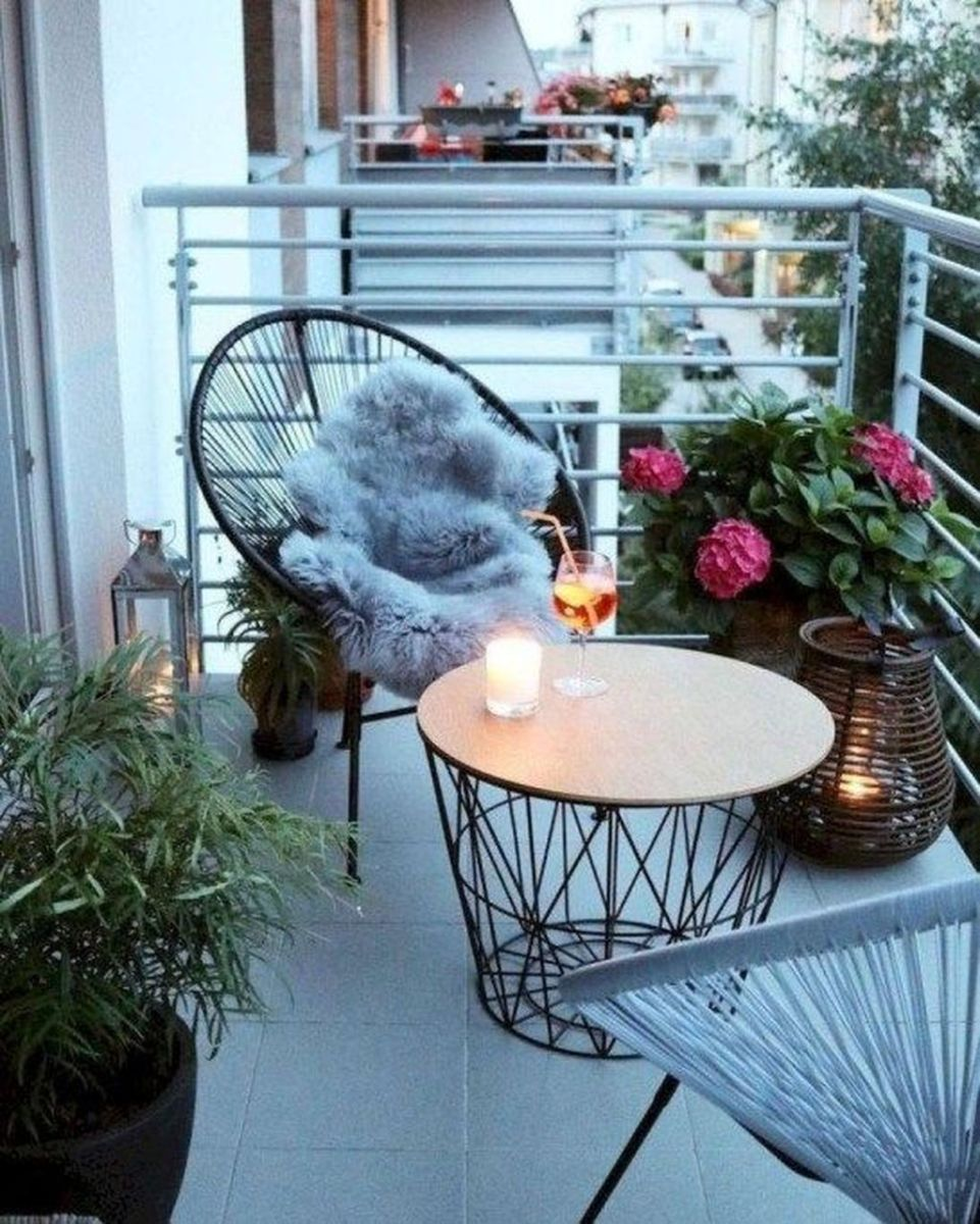 Lovely Small Apartment Balcony Design And Decor Ideas 23