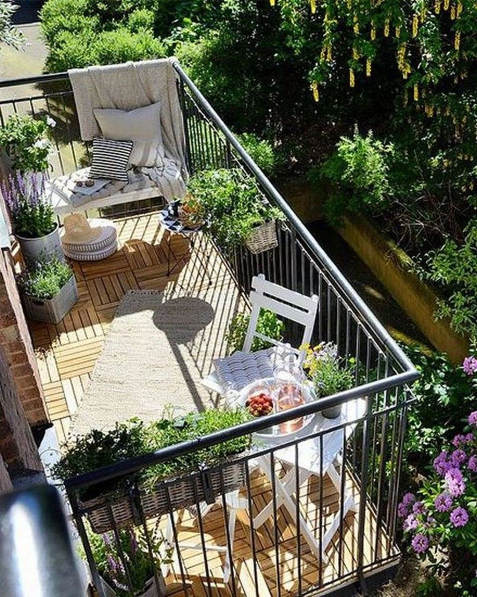 Lovely Small Apartment Balcony Design And Decor Ideas 29