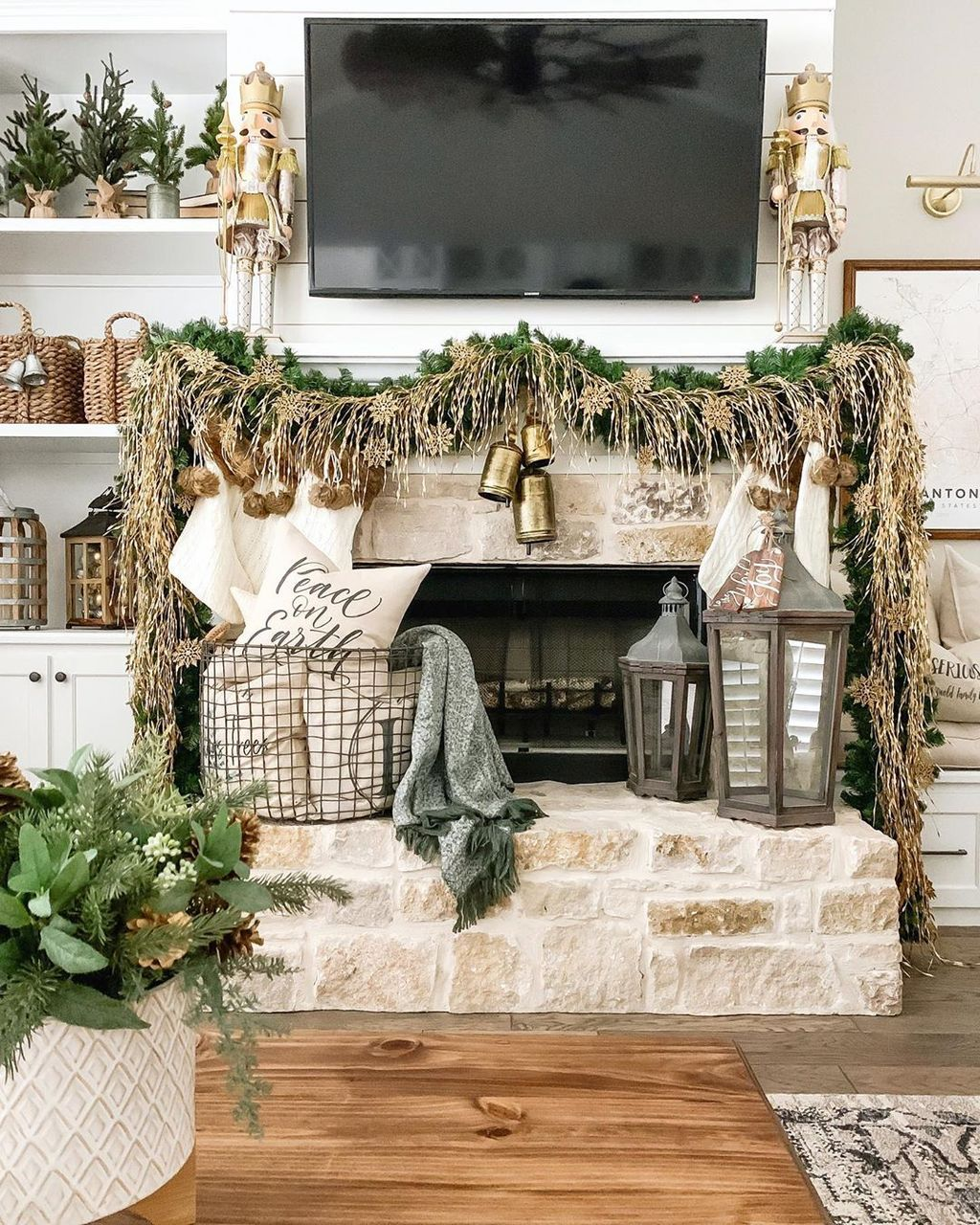 Popular Christmas Fireplace Mantel Decorations That You Like 10