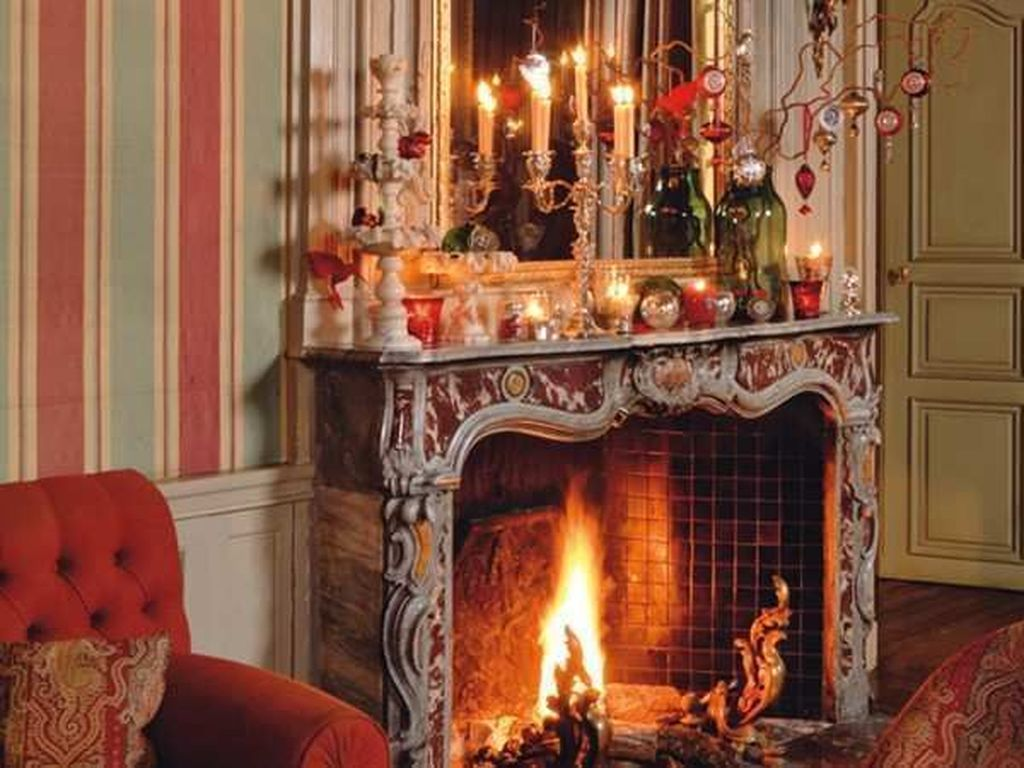 Popular Christmas Fireplace Mantel Decorations That You Like 33