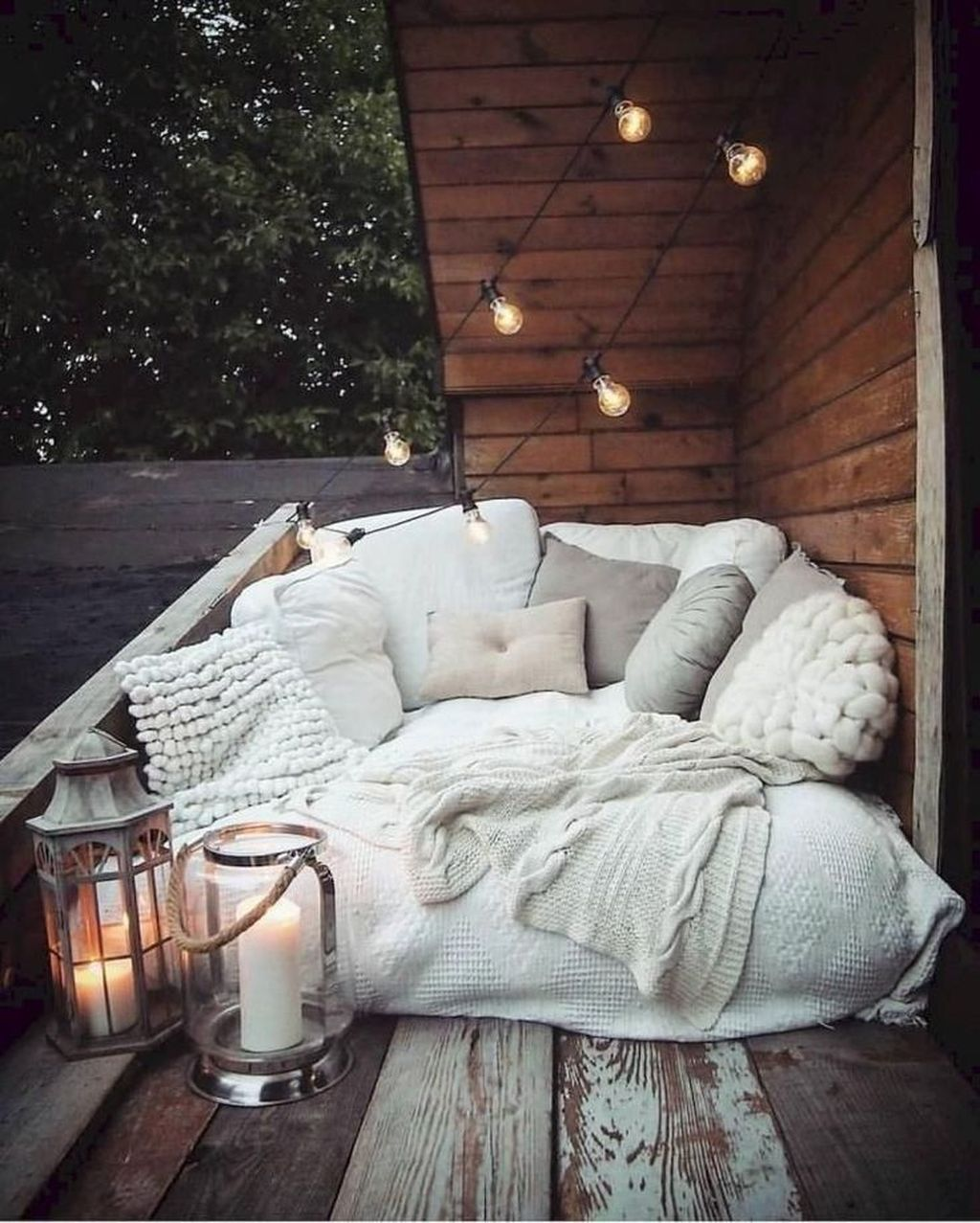Stunning Apartment Balcony Decor Ideas For This Winter 33