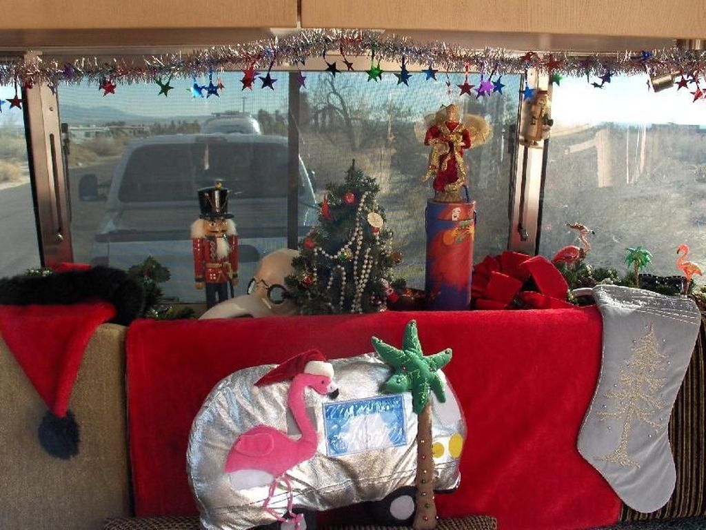 Stunning RV Christmas Decorations Ideas 02