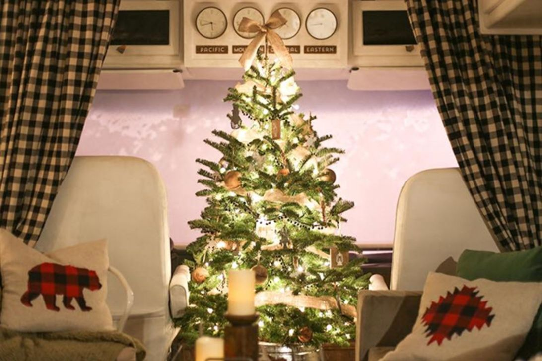 Stunning RV Christmas Decorations Ideas 09