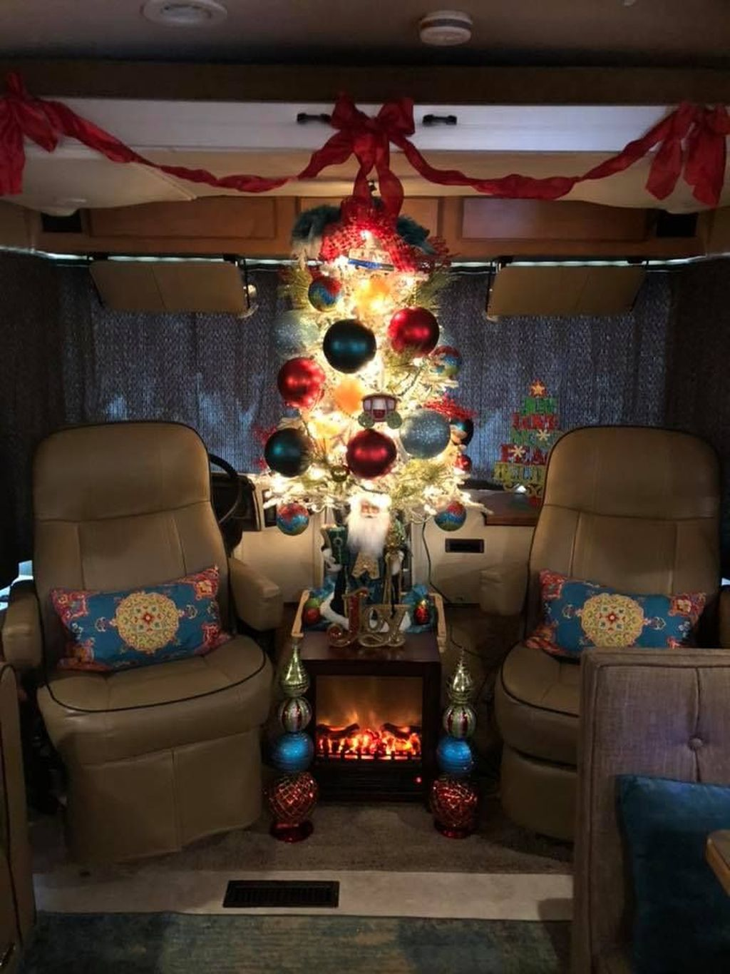 Stunning RV Christmas Decorations Ideas 15