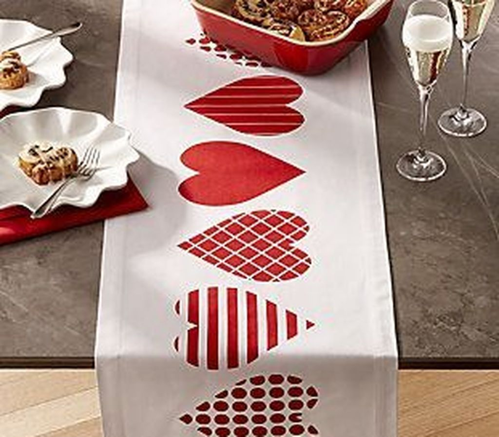 Lovely Valentine Table Decor That You Must Apply In The Dining Room 15