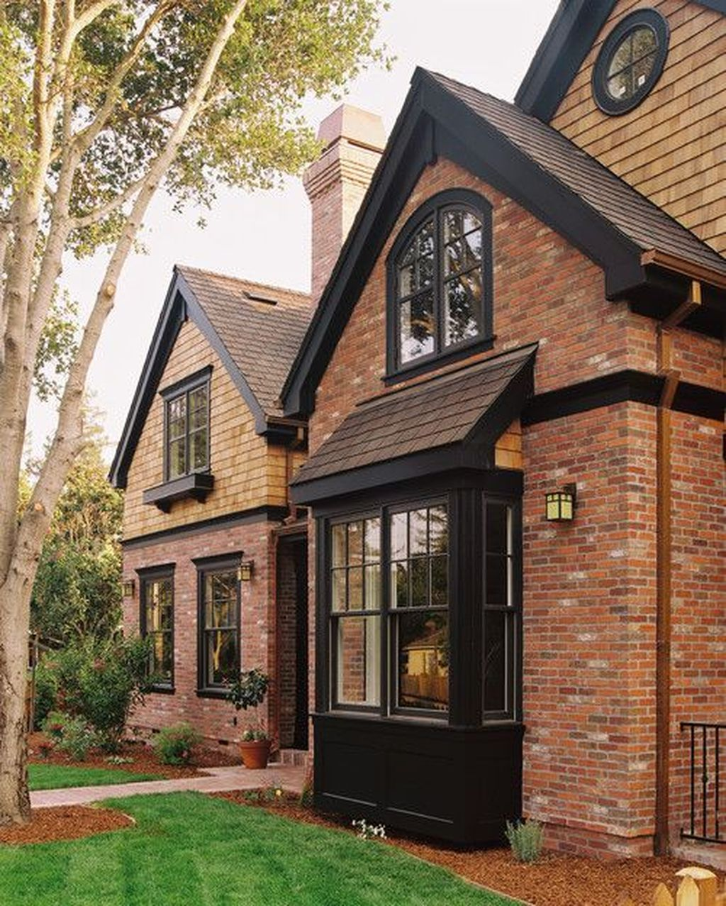 Impressive Brick House Exterior Design Ideas That You Definitely Like 10
