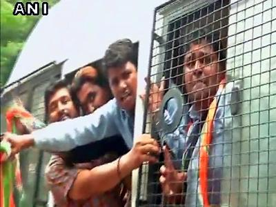 काँग्रेस कार्यकर्ते उतरले रस्त्यावर; पंतप्रधान मोदी यांच्यासह शहांचा निषेध