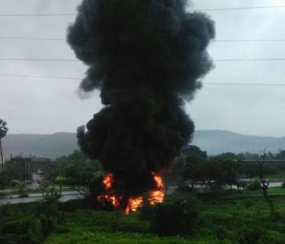 मुंबई-पुणे जुन्या 'एक्स्प्रेस वे'वर पेट्रोल टँकरला आग; वाहतुकीचा खोळंबा