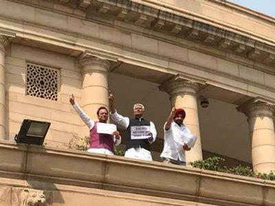 काँग्रेस खासदारांचं संसदेच्या छतावर चढून आंदोलन