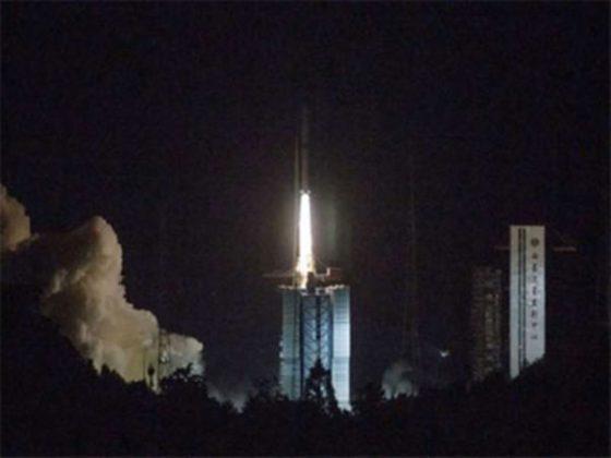 चंद्रावरील मोहिमेसाठी चीनचा उपग्रह प्रक्षेपित