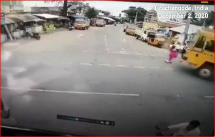 व्हायरल Video : चमत्कारच! ट्रकखाली सापडूनही आजीबाई वाचल्या