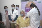 जम्मू कश्मीरचे Lieutenant Governor Manoj Sinha यांनी घेतला कोविड-19 चा लसीचा पहिला डोस