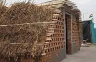 उन्हापासून संरक्षण म्हणून आंदोलक शेतकऱ्यांनी सीमारेषेवर बांधली कच्ची घरे