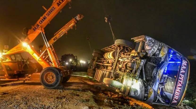 धक्कादायक! उत्तर प्रदेशमध्ये बस व टेम्पोच्या भीषण अपघातात १७ जणांचा मृत्यू
