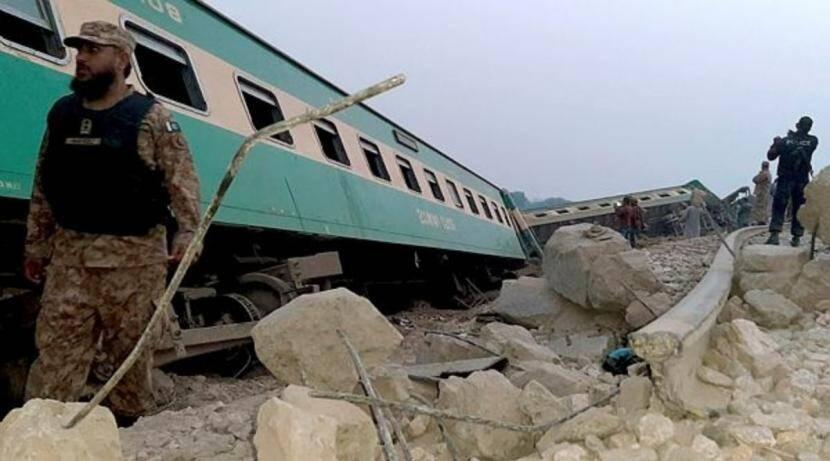 पाकिस्तानात रेल्वेगाडय़ांच्या धडकेत ५० ठार