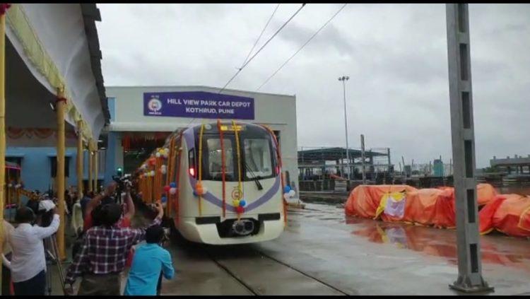 पुणे : उपमुख्यमंत्री अजित पवार यांच्या हस्ते पुणे मेट्रोच्या पहिल्या 'टा्रयल रन'ला हिरवा कंदील