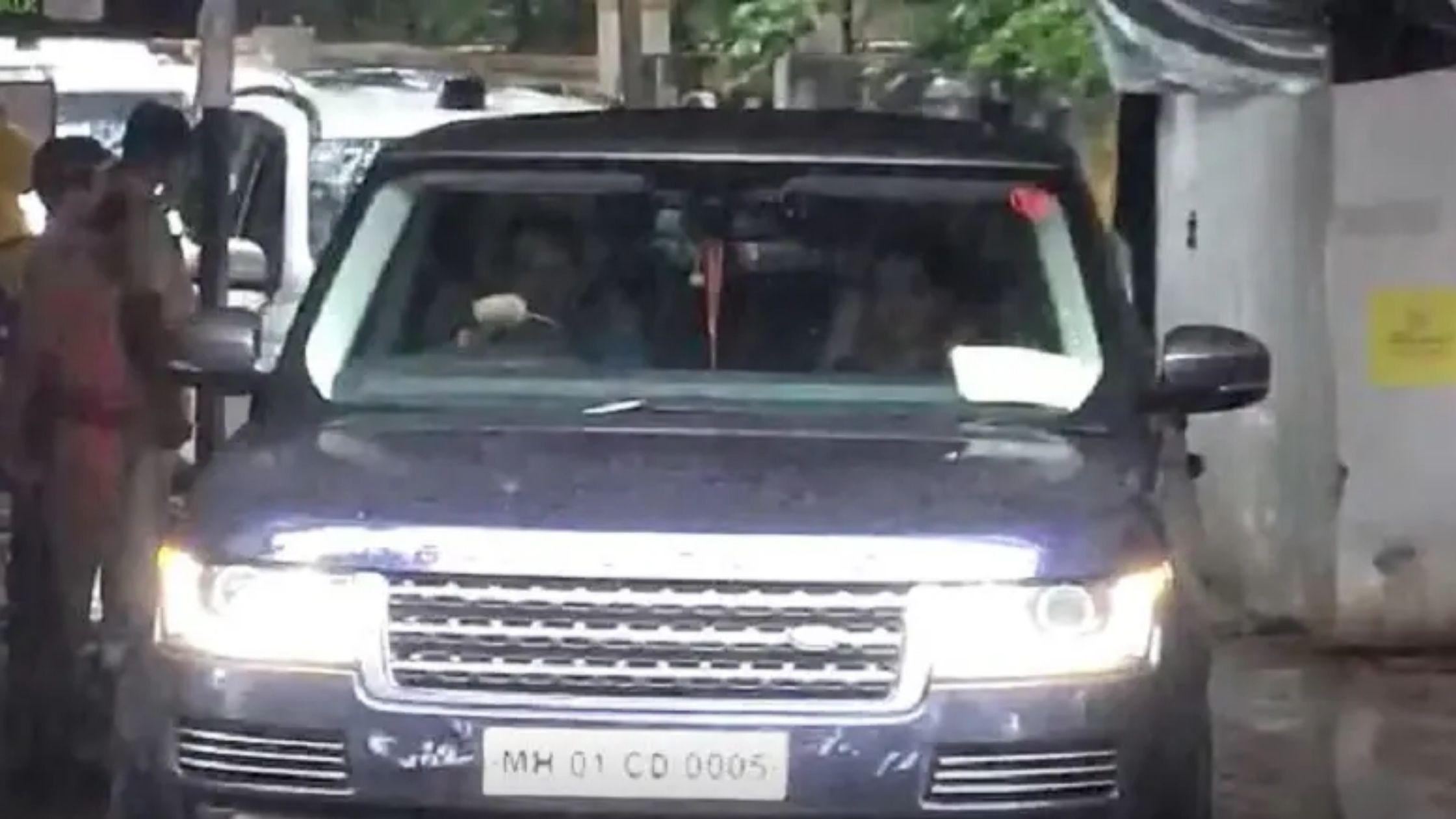 उभ्या पावसात स्वत: ड्रायव्हिंग करत, मुख्यमंत्री उद्धव ठाकरे सपत्नीक मुंबईहून पंढरपूरकडे रवाना