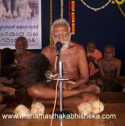 Acharya 108 Sri Sanmathi Sagarji Maharaj addressing the people gathered to welcome him to Shravanabelagola.