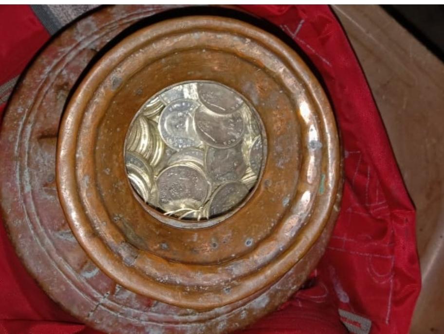 कामयाबी : पुलिस ने पकड़ा चांदी के सिक्कों से भरा घड़ा