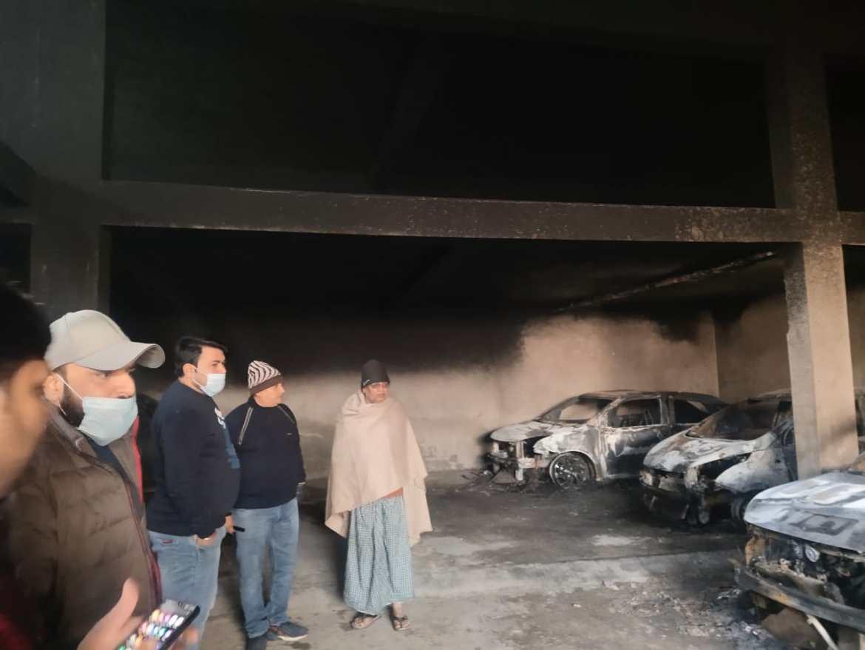 गैराज में लगी आग, 4 गाड़ियां जलकर हुई राख