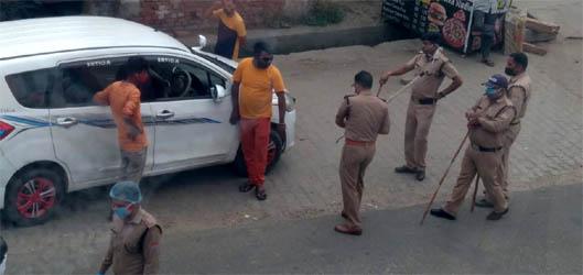 जसपुर : लॉकडाउन का उल्लंघन करने पर कोतवाल ने किए चालान