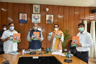 मुख्यमंत्री ने किया 'हमारा हिन्दुस्तान, उत्तराखंड हज 2021' पुस्तक का विमोचन