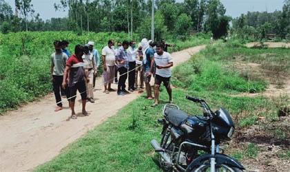 श्मशान भूमि पर अवैध कब्जे को लेकर ग्रामवासियों में रोष, लेखपाल को निलम्बित करने की मांग की