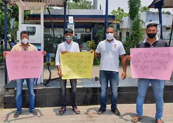 पेट्रोल-डीजल की लगातार बढ़ती कीमतों और महँगाई के खिलाफ कांग्रेसियों ने किया प्रदर्शन